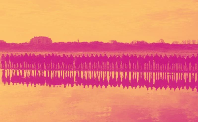 Team stehend vor See