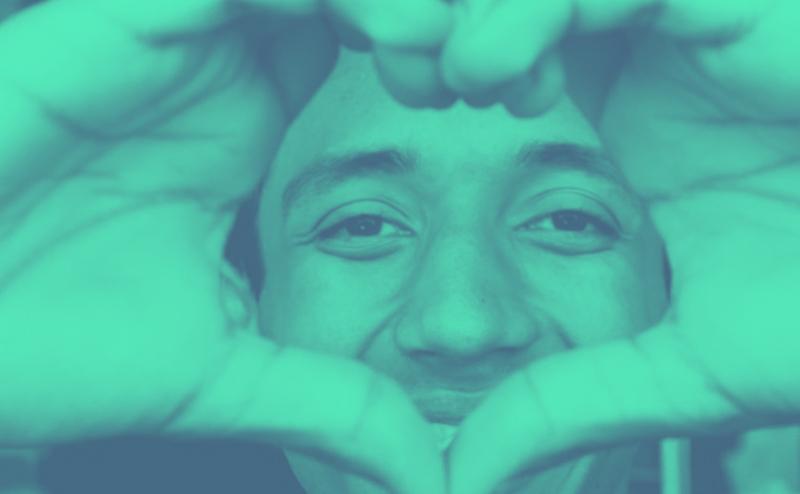 Gesicht mit Herz aus Händen