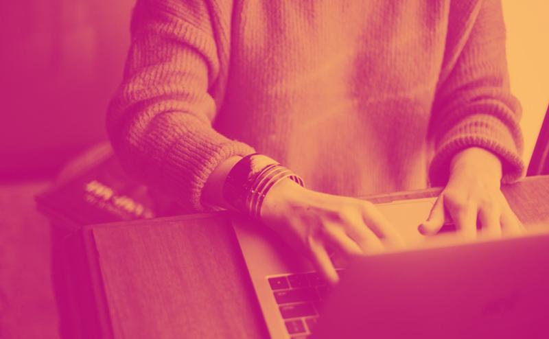 Person an Schreibtisch mit Laptop