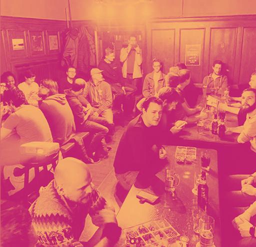 Gruppe von Menschen an Tischen
