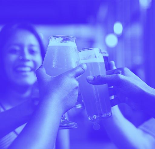 Bier Anstoß mit Menschen